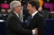 Italian Prime Minister Matteo Renzi (R) talks with European Commission President Luxembourg Jean-Claude Juncker before the arrival of Pope Francis at the European Parliament in Strasbourg, eastern France, November 25, 2014.   REUTERS/Patrick Hertzog/Pool   (FRANCE - Tags: POLITICS RELIGION)